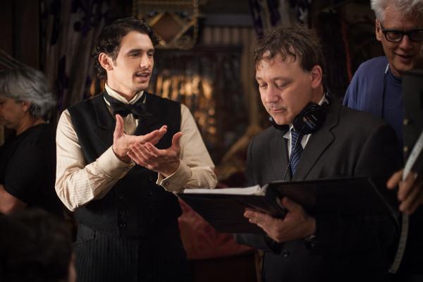 James Franco e o diretor Sam Raimi no set de filmagem