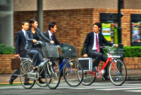 Empresários indo trabalhar de bicicleta em Kobe, Japão (Foto: Thad Roan - Bridgepix)
