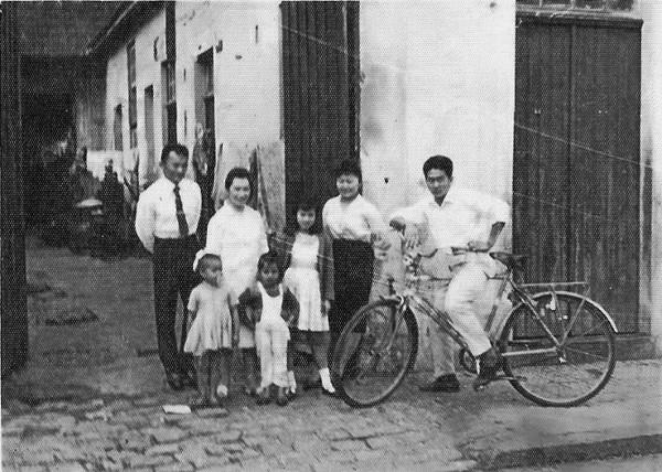 Meu pai, Satoru Kubota e minha mãe, Tijiro, ao lado de minha tia Tereza, o trio em frente à Bicicletaria Central. (Foto: Kingo Kubota)